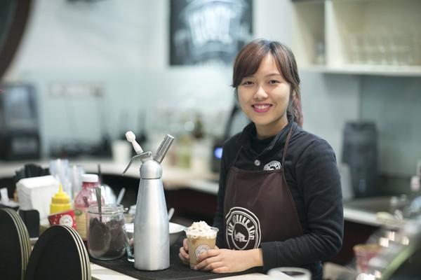 phục vụ quán cà phê hãy cười lên