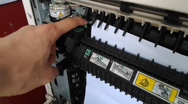 Máy in báo kẹt giấy nhưng không có giấy bên trong